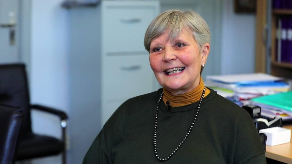 Heli Lindström istumassa toimistossaan.