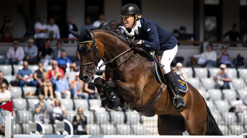 Sveriges Fredrik Jönsson med hästen Cold Play under första tids kval hoppningen vid Ryttar EM i Rotterdam i Holland.
