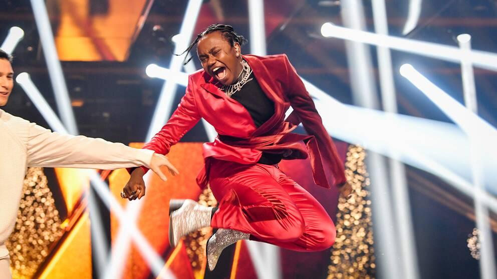 Melodifestivalvinnaren Tusse gör ett gjäldjehopp på scen.