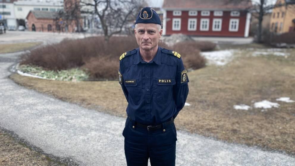 Bild på polisen Mats Lagerblad utomhus.