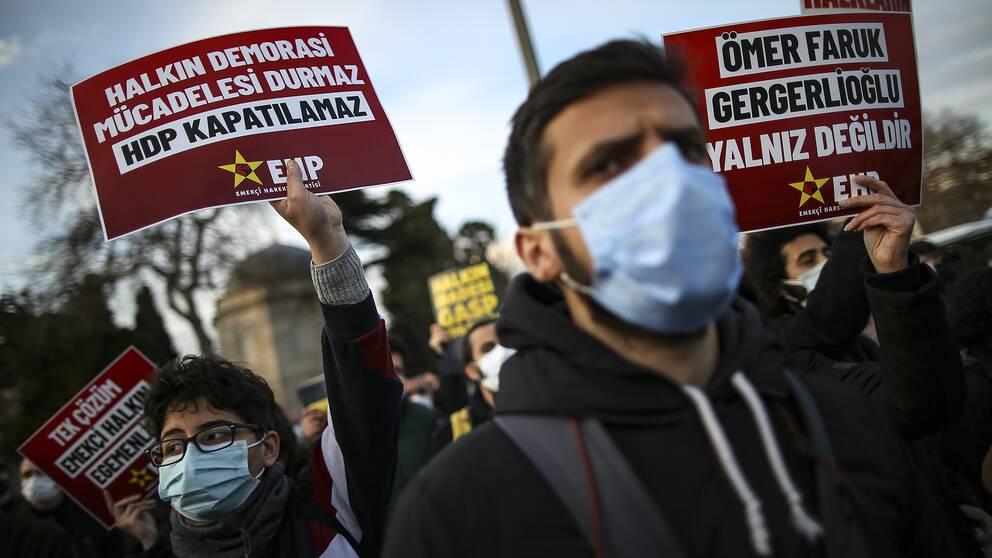 Protester på gator i Istanbul, Turkiet, till stöd för det prokurdiska partiet HDP.