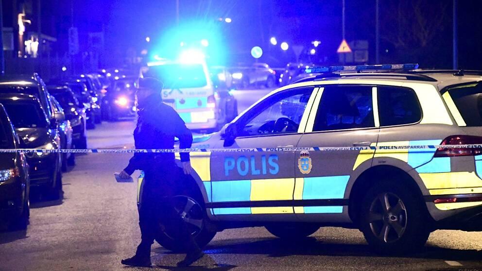 Polisen har spärrat av ett område i stadsdelen Fosie, där en skottlossning ägde rum sent på lördagskvällen.