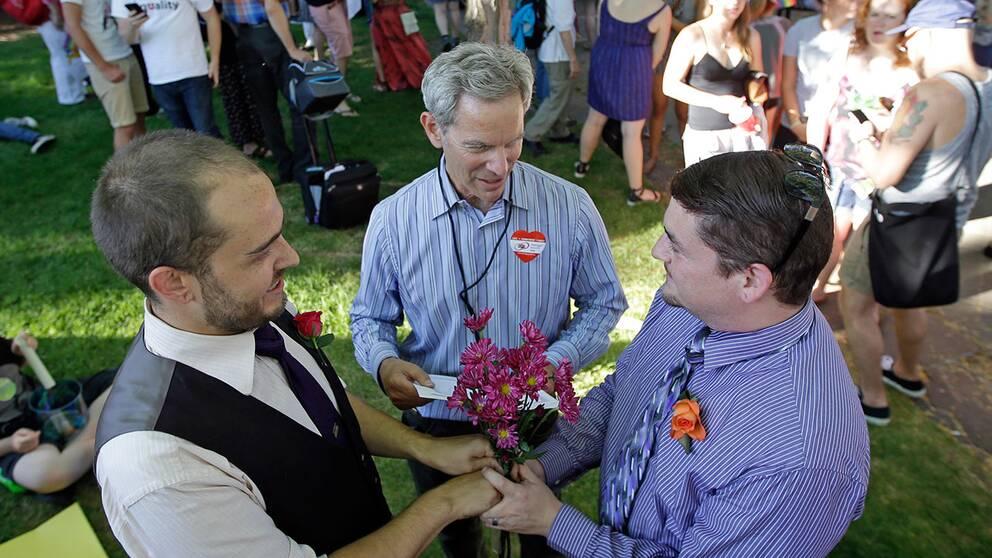 I Salt Lake City, Utah, vigdes Ryan Jones (vänster) och Ruben Vallejo av borgmästaren Ralph Becker.