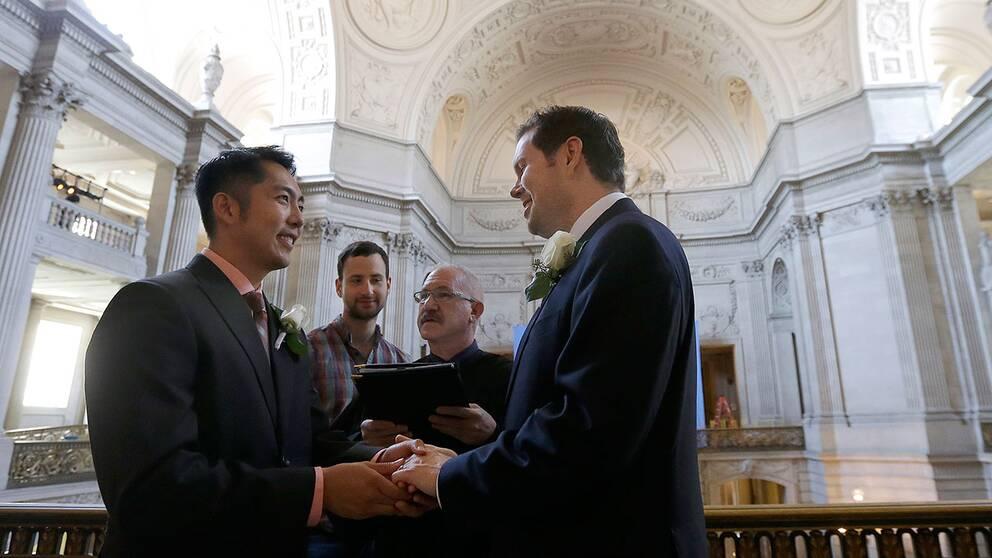 Även i San Francisco ville flera gifta sig, trots att det varit lagligt i Kalifornien sedan tidigare. Här gifter sig Hai Nguyen och Jay Mark Streeter jr i stadshuset.