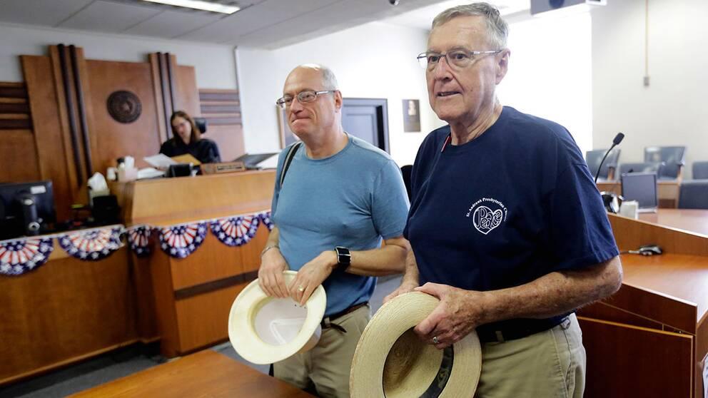 Efter 28 år tillsammans kunde Jeff Sralla och Gerald Gafford (till höger) gifta sig. Här väntar de på sin tur hos domstolen i Travis County.