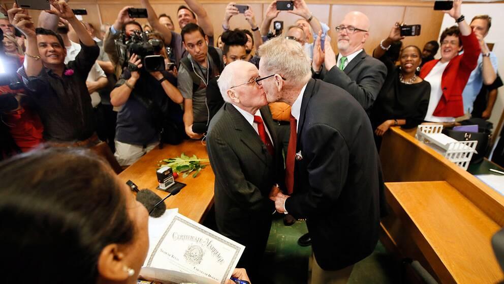 85-årige Jack Evans och 82-årige George Harris fick till slut gifta sig hemma i Dallas efter 54 år tillsammans.