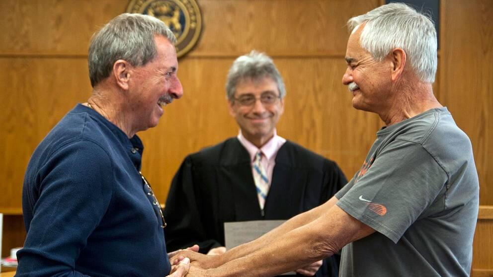 Efter 40 år tillsammans gick Barry Beal (vänster) och Del Bryan till rätten i Jackson, Michigan i går för att gifta sig.