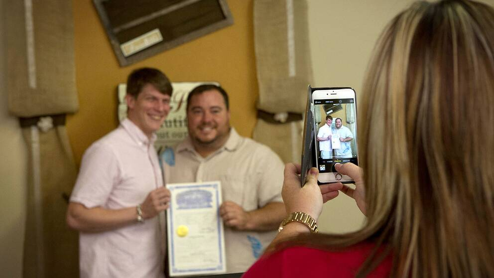 Trots Högsta domstolens beslut om äktenskapet tvingades Alex Jones och Mark Porter åka till flera platser innan de hittade en plats där de godkände äktenskapet. Texarkana, Arkansas, blev platsen där de till slut fick gifta sig.