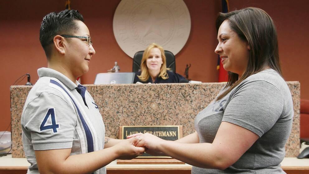 Aixa Adame (vänster) och Lacey Darcy är ett av alla par i Texas som nu fått gifta sig. De var det första kvinnliga paret ut i El Paso.