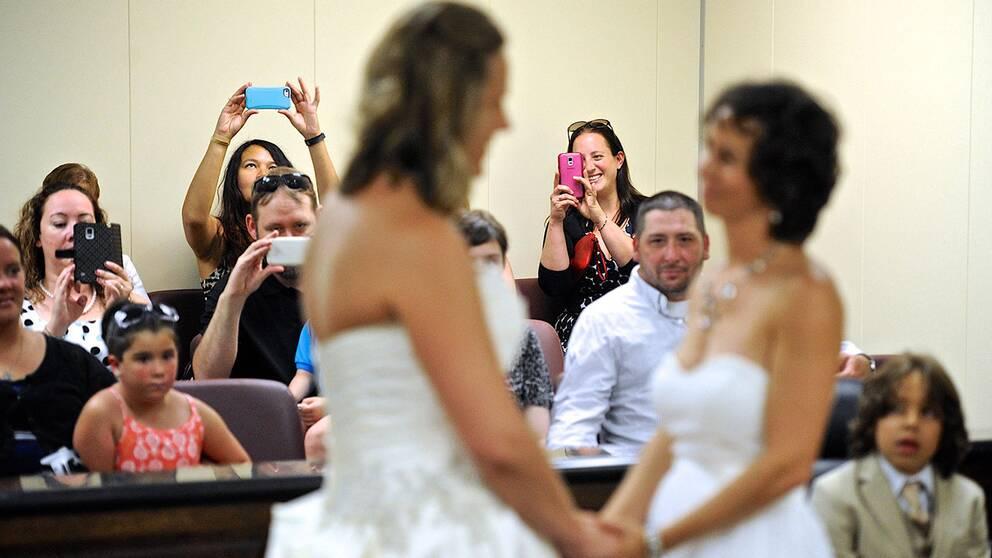 Familj och vänner tar foton av Amy Ripe (höger) och Lori Harvey som gifte sig i Evansville, Indiana.