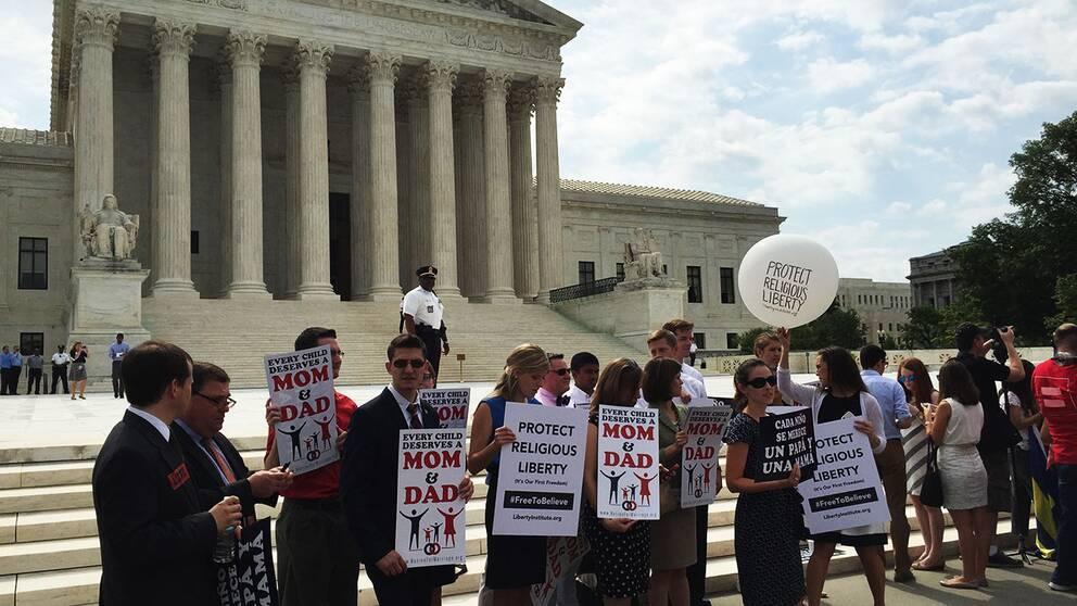 Motdemonstranterna utanför Högsta domstolen varnar för att USA kan vara på väg mot helvetet efter godkännandet av äktenskap även för homosexuella.