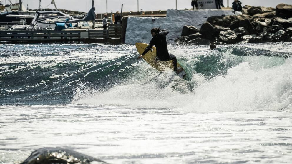 En man surfar på vågen i Mölle