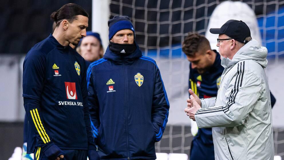 Zlatan Ibrahimovic och Marcus Berg lyssnar till förbundskapten Janne Andersson.