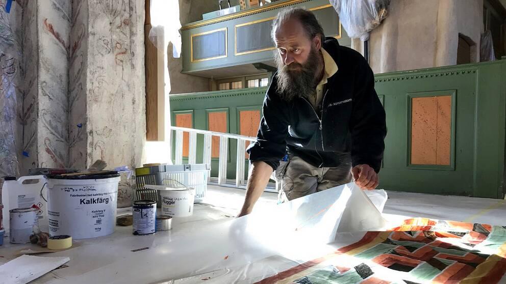 Gabor Pasztor, diplomerad målerikonservator, har lyckats återskapa målning i Glanshammars kyrka från 1100-talet.