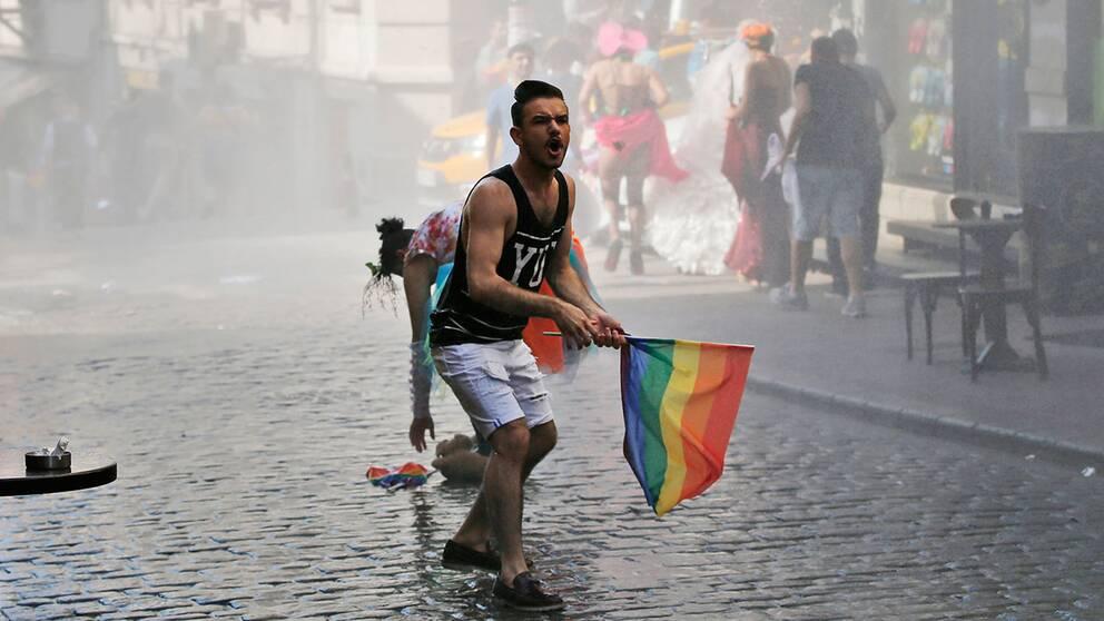 Deltagare i Istanbuls prideparad strax efter att polisen beskjuitit paraden med vattenkanoner.
