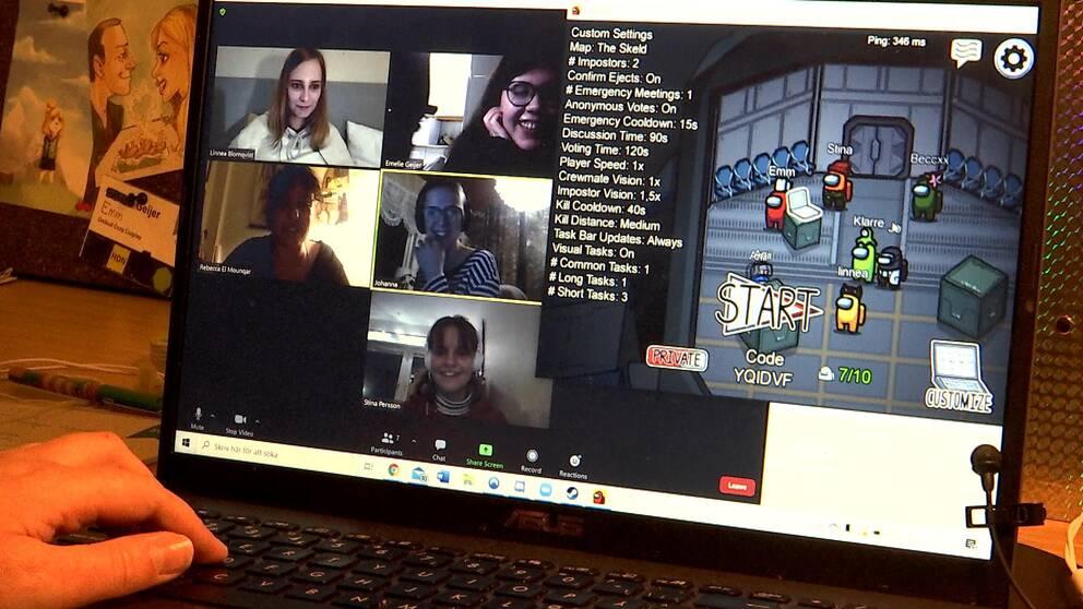 Dataskärm med tjejer som spelar Among us