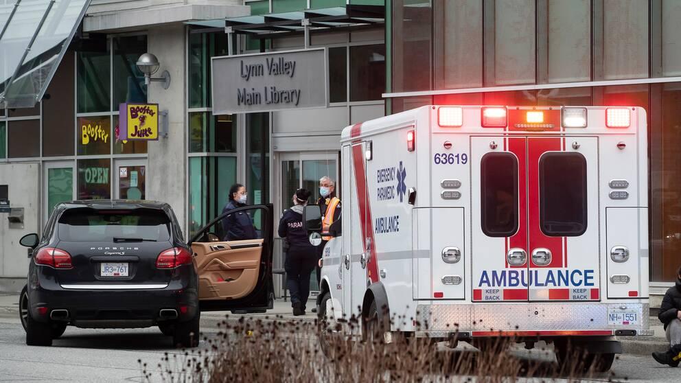 Polis och ambulanspersonal utanför biblioteket där mannen ska ha gått till attack på lördagskvällen svensk tid.