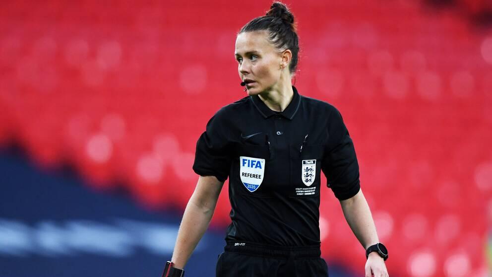 Rebecca Welch blir första kvinna en döma en proffsmatch på herrsidan i England.