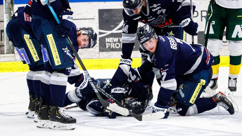 Carl Persson ligger på isen efter att ha blivit träffad av en puck.