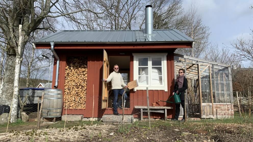 Johan Ovik och Kristin Ovik i deras prisbelönta attefallshus på 23 kvadrat.