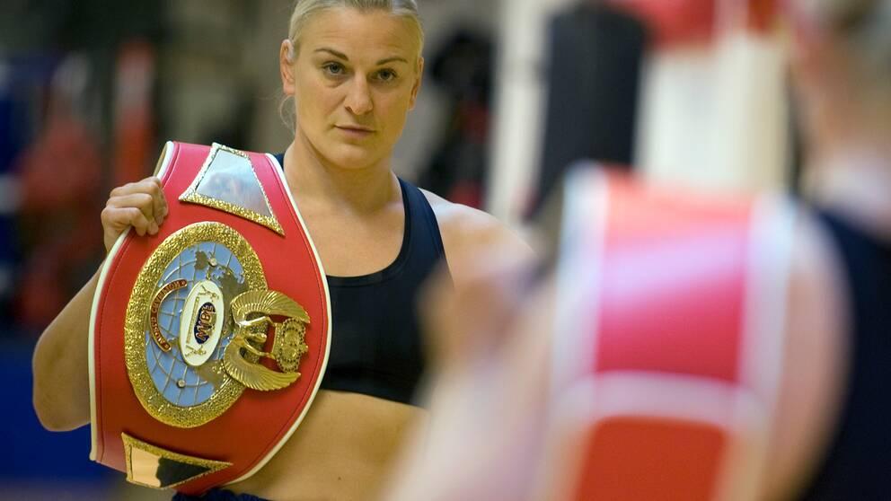 Maria Lindberg med sitt världsmästarbälte 2009