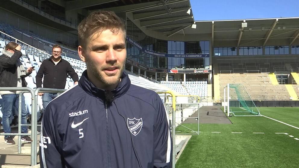 """Christoffer """"Totte"""" Nyman, anfallare i IFK Norrköping, framför läktare"""