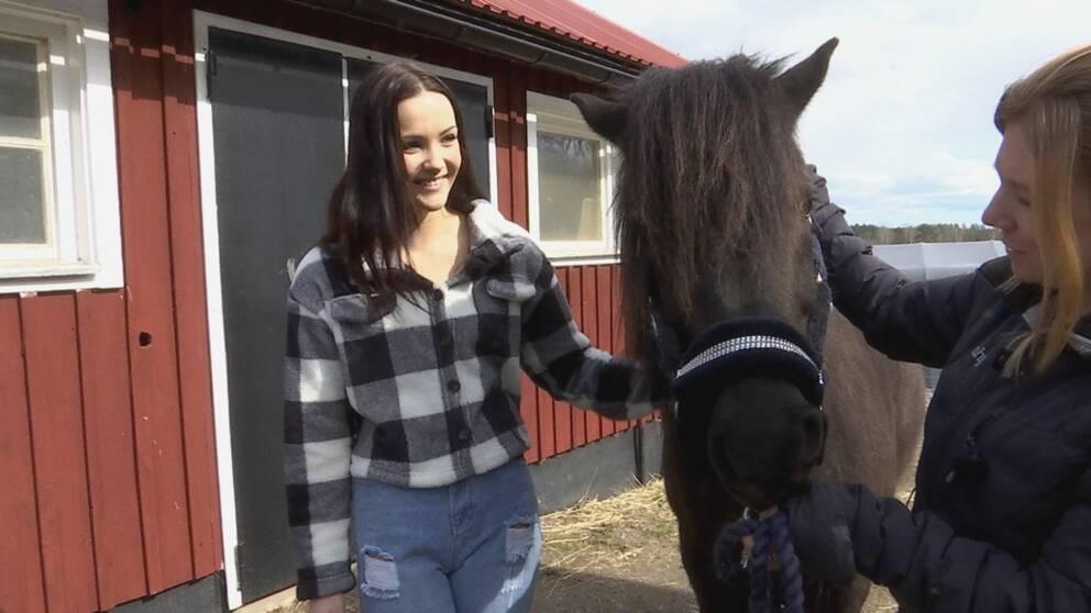 Laura Locmele, hästen Frei och Fia Davidsson, djuransvarig behandlare på Risingegården