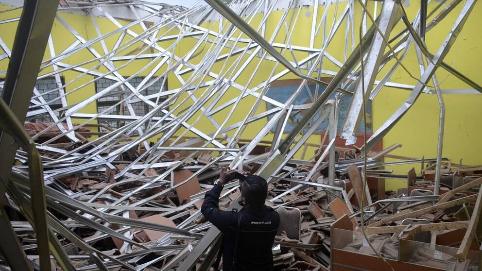 En jordbävning har skakat Indonesien. Här syns hur taket ovanför ett klassrum har rasat i staden Malang.