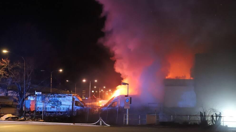 Det brinner kraftigt i Årsta partihallar i södra Stockholm.