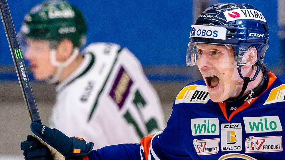 Växjös Pontus Holmberg jublar efter Växjös 3-3 mål under ishockeymatchen i Kvartsfinal två i SHL mellan Växjö och Färjestad den 11 april 2021 i Växjö.