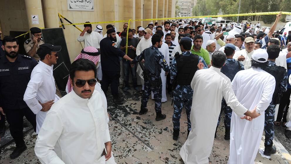 Folksamling vid moskén efter attentatet