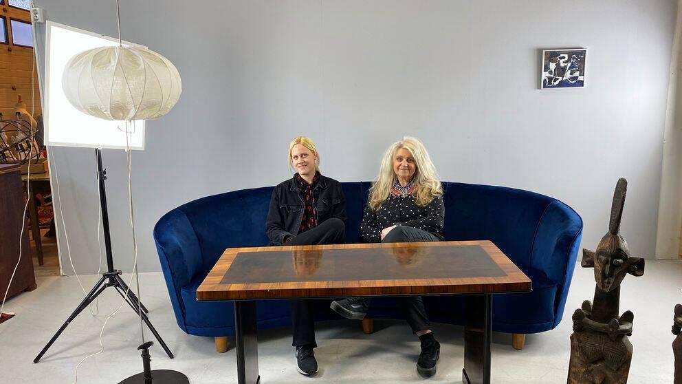 Kristin Persson och Pia Forslöf-Nilsson äger nätauktionsföretaget Hälsinglands auktionsverk. de sitter i en soffa som snart ska säljas.