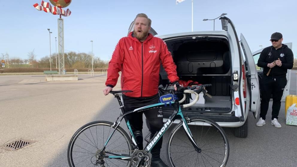 En fotbollssupporter ska cykla 37 mil efter att ha förlorat ett vad