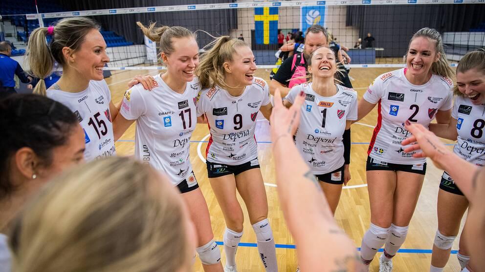 Hylte/Halmstads spelare jublar efter finalen i Grand Prix i volleyboll mellan Hylte/Halmstad och Engelholm den 24 januari 2021. Arkivbild.