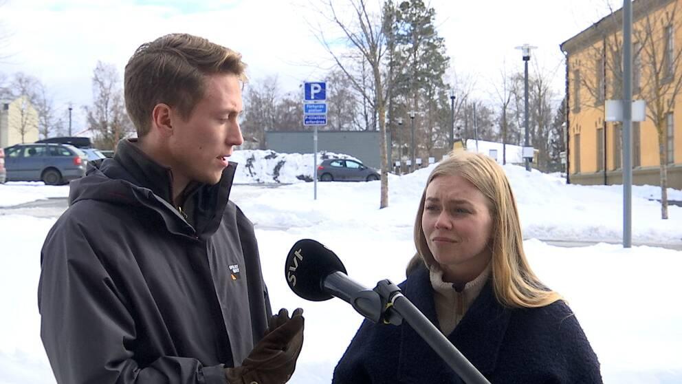 en ung man och kvinna som intervjuas utomhus i Östersund, snö på marken
