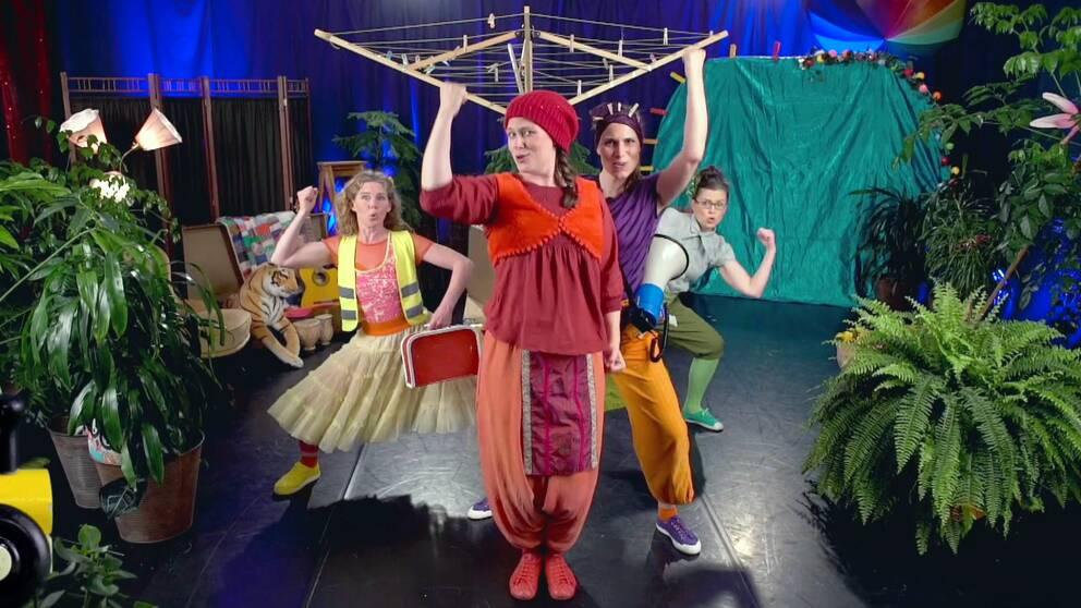 bild från scenframträdande, fyra utklädda personer som uppträder