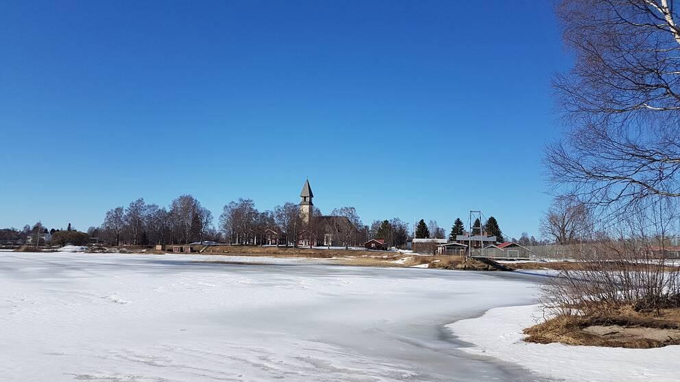 Vårvintern i Burträsk, Västerbotten. 10 grader och sol och strålande blå himmel  Perfekt födelsedagsväder.