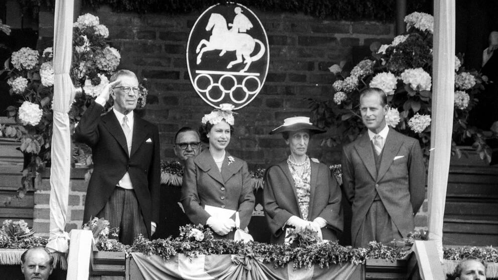 """""""Philip såg sig som skandinav"""", säger hovexperten Roger Lundgren. På bilden prins Philip (t.h) tillsammans med Drottning Elizabeth II och det svenska kungaparet Gustaf VI Adolf och drottning Louise på Olympiastadion i Stockholm 1956."""