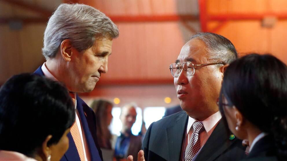 John Kerry och Xie Zhenhua under klimatmötet i Paris 2015 då Parisavtalet togs fram. Arkivbild.