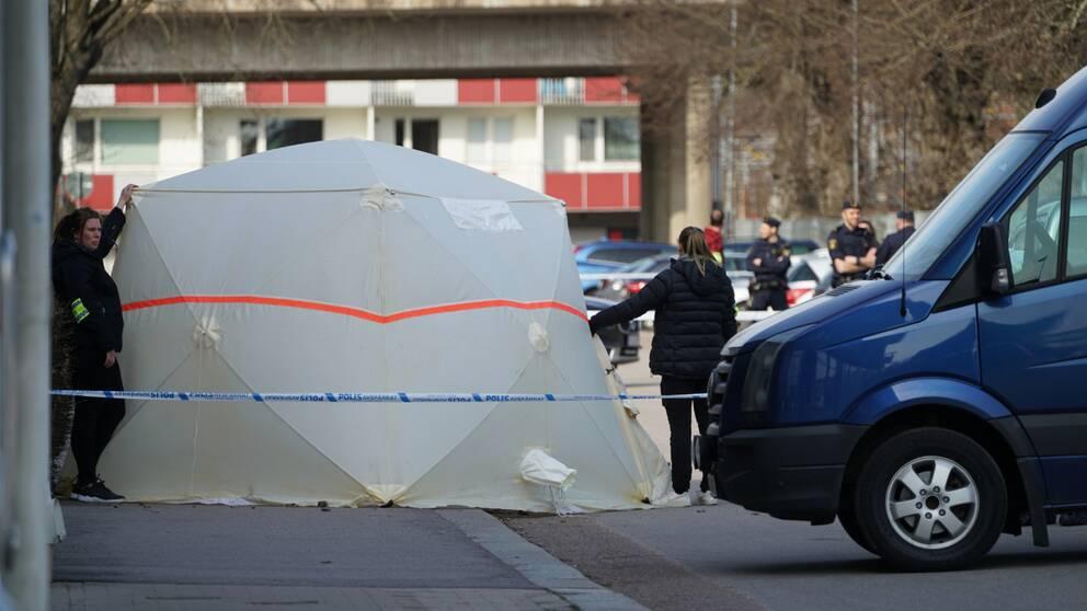 En kvinna hittades död i centrala Alvesta efter att flera vittnen larmat om en pågående misshandel nära järnvägsstationen.