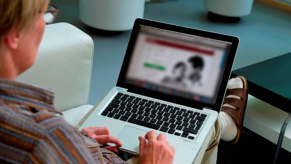 Bild på någon som sitter vid dator. Till vänster finns en 1-2-3-lista.