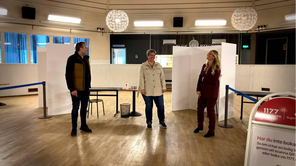 Erik Lind (medicinskt ansvarig läkare) och Martina Bäck (verksamhetschef) från Idoc tillsammans med vaccinsamordnare Marie Ragnarsson (i mitten), inne på vaccinationscentralen i Oskarshamn.