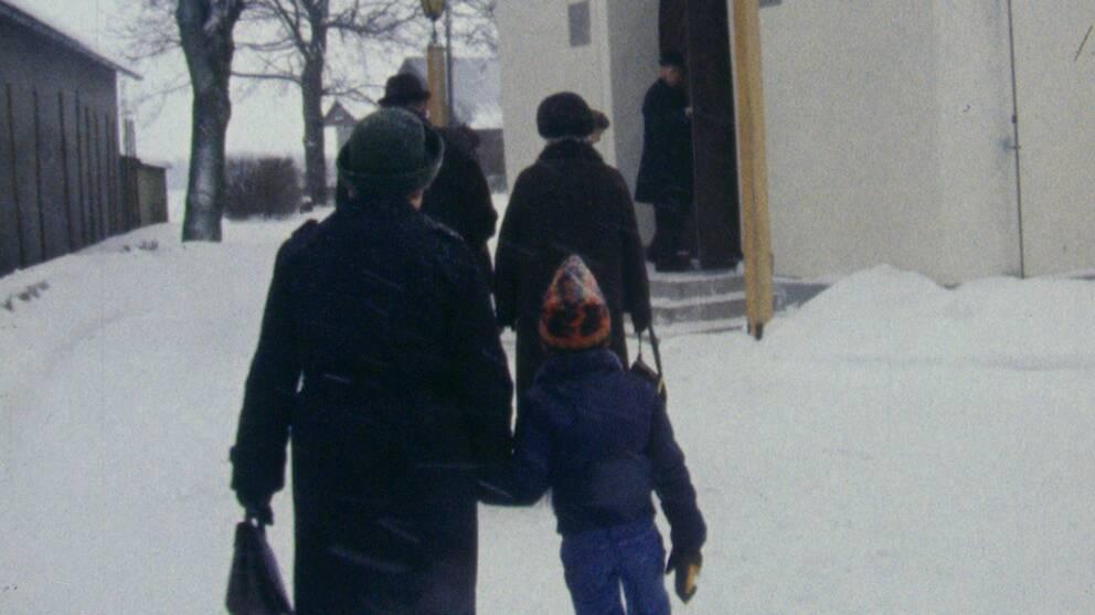 Kyrkobesökare på väg in i Tengene kyrka i Grästorp i januari 1979