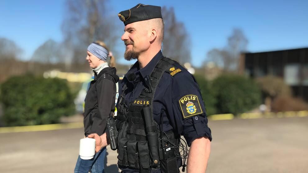 Kommunpolisen Anders Buene promenerar med privatperson som är intresserad av att bli polis.