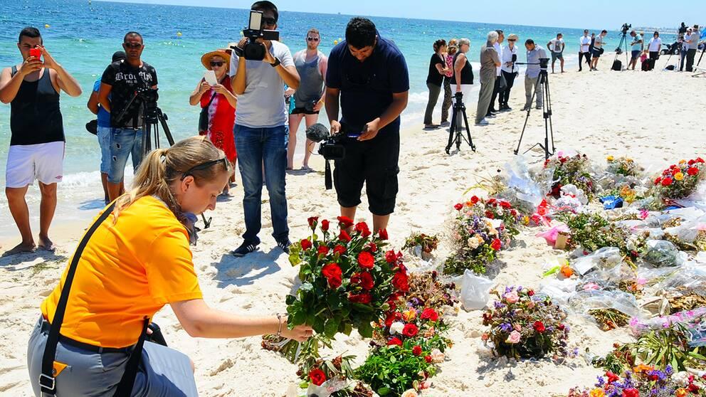 Tunisier och britter under en ceremoni på stranden i Sousse en vecka efter attacken.