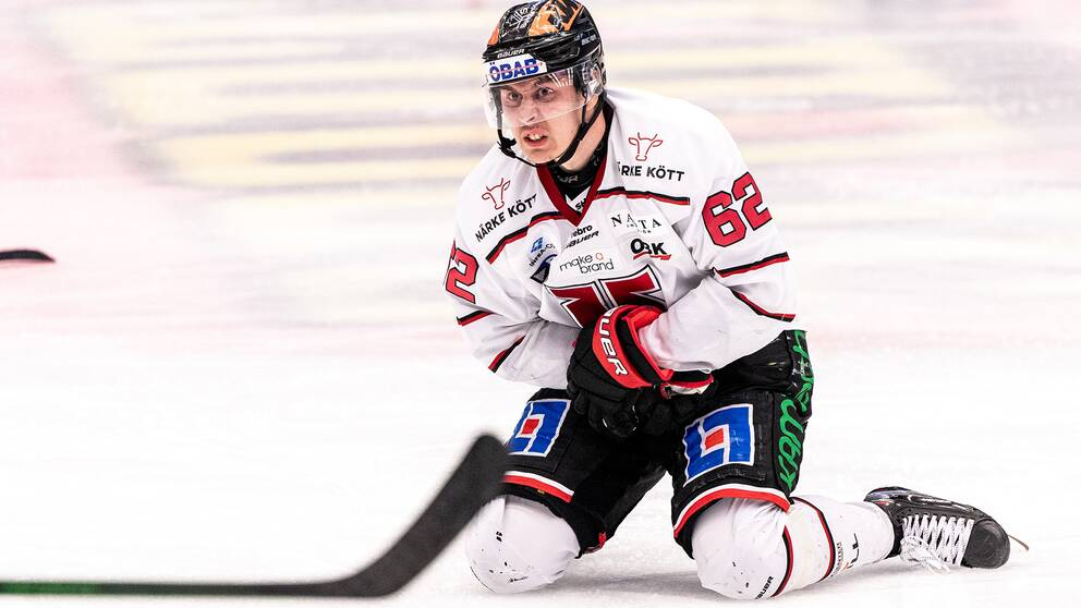 Örebros Robert Leino har ont under semifinal ett i SHL mellan Växjö och Örebro.