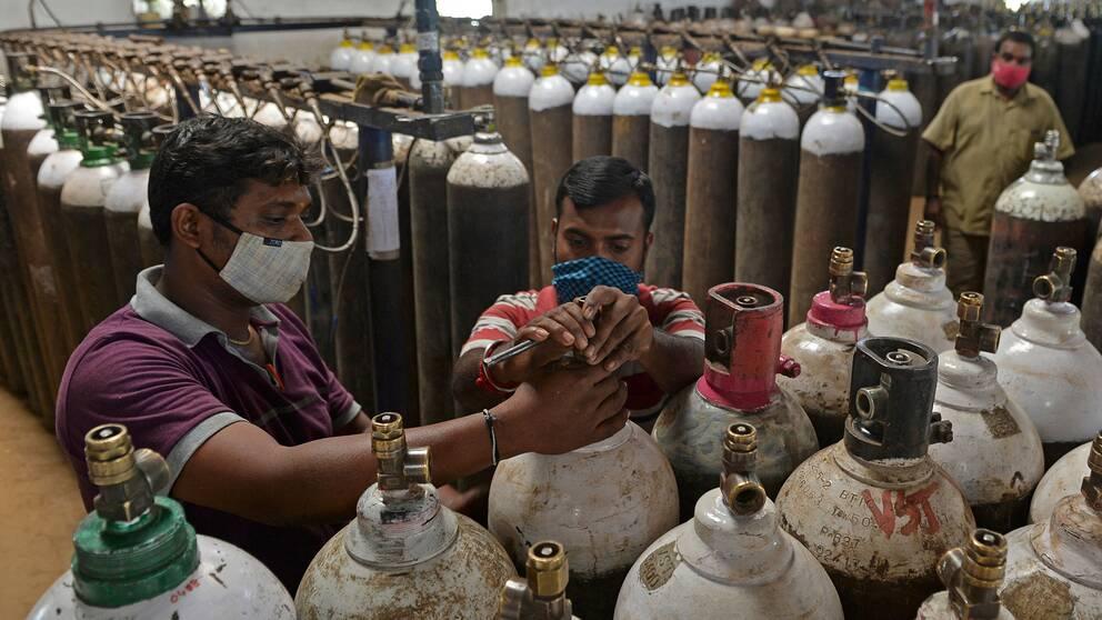 Syrgastuber transporteras runtom i Indien efter att det rått akut brist på syrgas i coronavården.