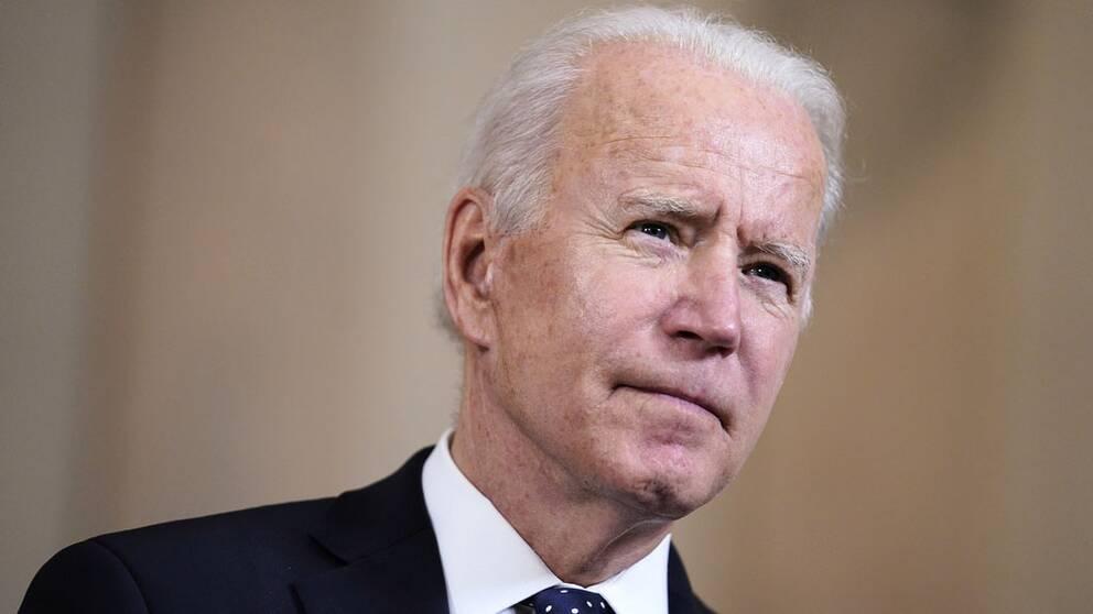 USA:s president Joe Biden tittar snett uppåt.