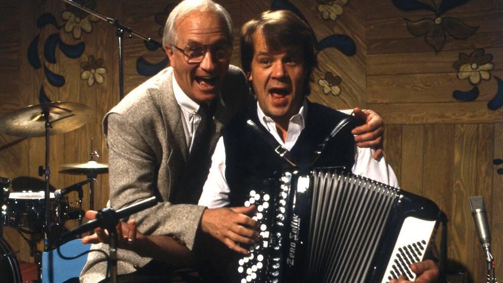 Bosse Larsson blev först känd för den breda publiken i långköraren Nygammalt i SVT. Programmet hade premiär 1971 och sändes i i sammanlagt 173 avsnitt fram till 1989. Här med gästen Lasse Berghagen, som senare skulle efterträda Bosse Larsson som allså¨ngsledare i SVT.