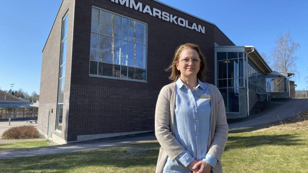 Paulina Hiltunen står utanför Hammarskolan i Surahammar
